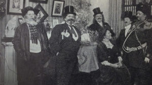 Selma Kajanuksen 50-vuotisjuhlan naisvieraat ovat pukeutuneet miehiksi.