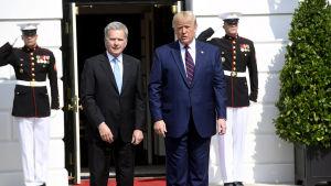 President Sauli Niinistö och USA:s president Donald Trump framför Vita Huset i Washington.