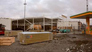 S-market i Pargas byggs ut, man ser stora ställningar runtomkring, plus byggutrustning framför.