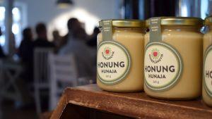 Söderlångviks gårds honung i prydliga glasburkar.
