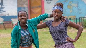 Kaksi tyttöä etiopialaisen koulun pihalla