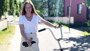 Sandra Strömvall med dotters återfunna cykel