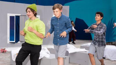 Edward Friis som Peter Pan tillsammans med Kaspian Korenius och Jakob Holmberg smyger fram över scenen i en rad.