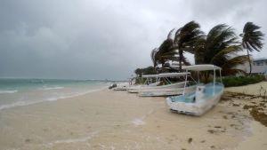 Voimas tuuli puhaltaa rannalla Puerro Morelosissa, Meksikossa.