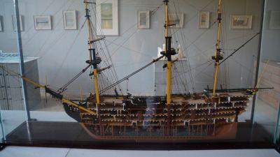 modell av skepp å utställning