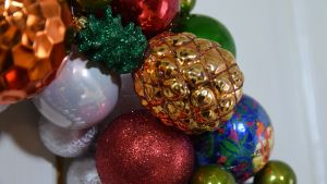En detalj av en julkrans.