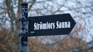 Skylt som visar vägen till bastun på Strömfors bruks område i Lovisa