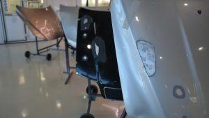 Tre stycken bilhuvsluckor i Mirkas verkstad.