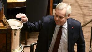 Antti Rinne röstar i riksdagen