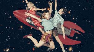 """Radioteatteri esittää: Avaruuden aukeaminen. Kuvassa """"avaruudessa"""" leijailevat näyttelijät Oona Salminen, Eedit Patrakka ja Luka Haikonen."""