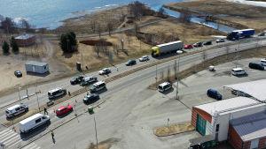 Ilmakuva rajalta, missä autojonot seisovat odottamassa rajatarkastusta.