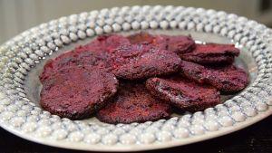 Paistettuja punajuuripannukakkuja lautasella