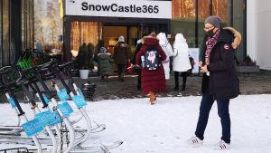 Aasialaisia matkailijoita Kemin Lumilinna-rakennuksen edustalla.