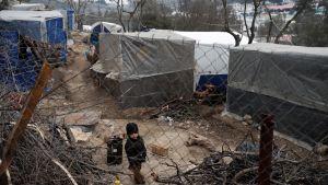 Lapsi seisoo pakolaisleirissä Moriassa Lesboksen saarella Kreikassa.