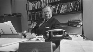 Kirjailija Armas J Pulla työhuoneessaan 1970.