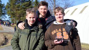 Ricko Telenius, Santalahti och Jonas Bergström står tillsammans ute på en gård.