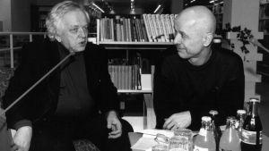 Kirjailijat Veijo Meri ja Jouko Turkka keskustelevat Yleisradion kirjastossa.