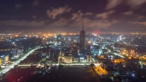 en bild från luften av nairobi på natten.