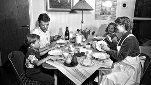 Tavaratalon kodin viikko, Osuusliike Elannon mainoskuva, perhe kotona ruokapöydän ääressä. 1954