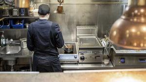 Kokki työskentelee keittiössä.