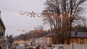 Julbelysning på gata i Lovisa.