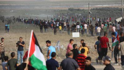 Många människor som har samlats i gränsområdet mellan Gaza och Israel.