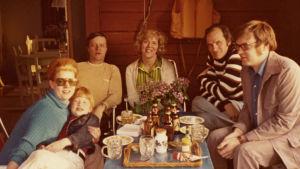 Kari Suomalaisen perhe ja Meri Louhos Visavuoressa 1970-luvulla.