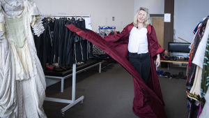 Katariina Kaitue esittelee pukuja.