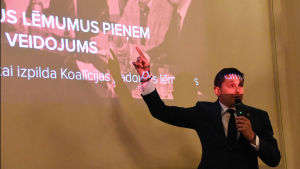 Artuss Kaiminš som här presenterar KPV LV:s program, kan tänka sig att samarbeta med Harmoni.