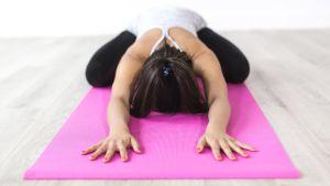 En kvinna som yogar.