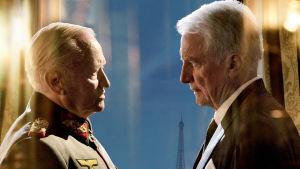 Kenraali von Choltitz (näyttelijä André Dussollier) ja kunniakonsuli Nordling (näyttelijä Niels Arestrup) elokuvassa Diplomatia