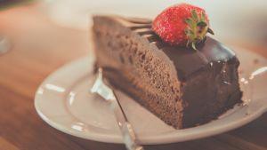 pala suklaakakkua lautasella