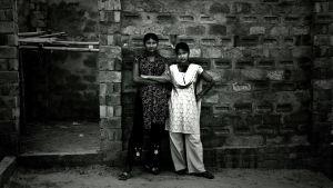 Två unga flickor väntade på kunder i Daulatdia i april 2008. Daulatdia är en by i centrala Bangladesh som helt domineras av prostitution och som beskrivs som en av de största bordellerna i världen.
