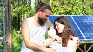 Harald ja Sarah Doblinger vastasyntyneen lapsensa kanssa.