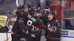 Kanadensiska U20-spelare firar ett mål.