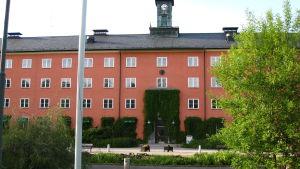 Bild av en röd byggnad på Beckomberga