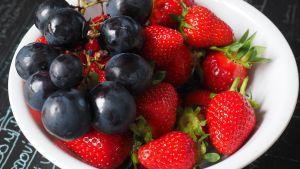 bär och frukter i skål
