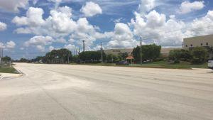Vägarna gapar tomma i Miramar inför orkanen Irma