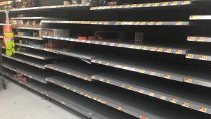 Butikshyllorna gapar tomma i Miramar inför orkanen Irma