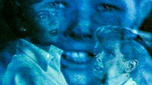 Muokattu, sininen kuva, jossa on poikia ja nainen