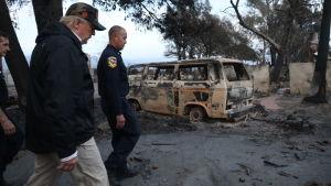 Donald Trump med följe passerar utbränd brun paketbil efter skogsbrand i Kalifornien