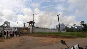 Rök väller ut från fängelset i Altamira.
