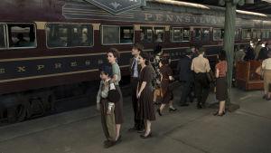 Familjen Levin från tv-serien The Plot against America står samlade på en tågperrong.