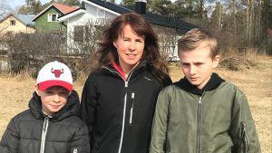 mamma med två pojkar