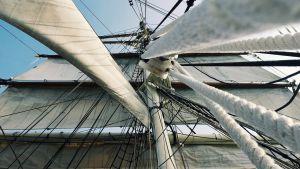Linor och segel på ett stort segelfartyg