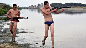 Kaksi nuorta rikollista uimahousuissa aseiden kanssa elokuvassa Gomorra.