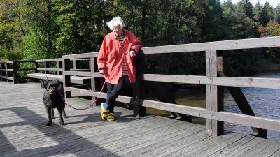 Maikki Harajjen på en bro med sin hund.