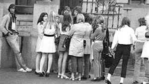 Nuoria seisomassa kadulla