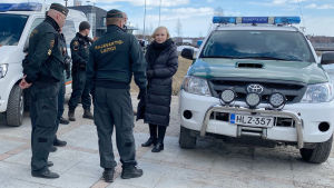 Sisäministeri Maria Ohisalo (vihr.) vierailemassa Ruotsin rajalla Torniossa.