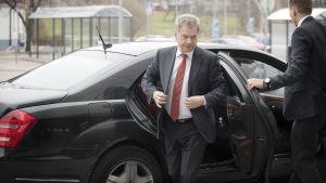 Finlands president Sauli Niinistö kliver ur bilen innan han ska medverka i morgonettan.